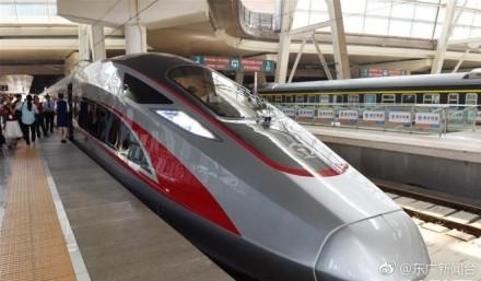 """降速6年后,中国高铁将在不久后重回""""时速350""""时代。27日8点38分,中国标准动车组""""复兴号""""驶出北京南站,在京沪高铁开展时速350公里体验运营。4个多小时的时间里,""""复兴号""""将在京沪高铁北京到徐州间实现往返。中国铁路总公司透露,预计九月中旬京沪高铁实施新的列车运行图后,将组织""""复兴号""""按时速350公里正式上线运营。届时,京沪高铁全程运行时间在4个半小时左右。来源:@新华视点"""